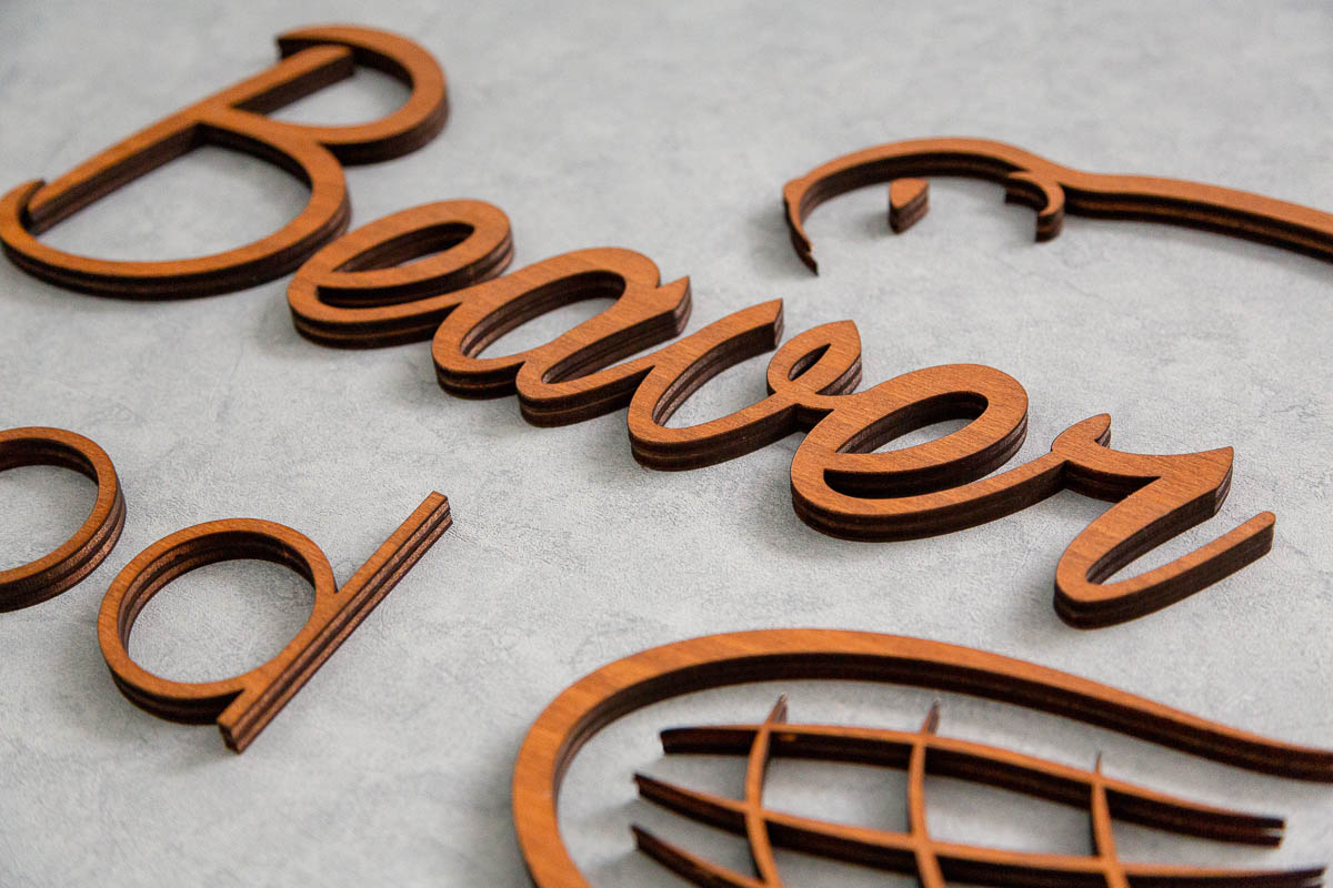 découpe lettre bois au laser personnalisée. Logo enseigne bois 3d pour magasin bureau